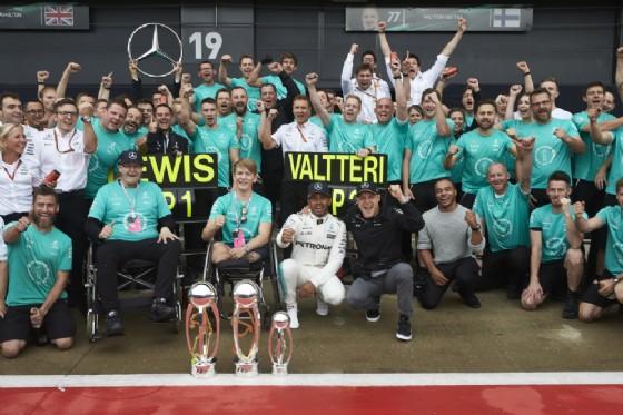 Il team Mercedes festeggia la doppietta di Lewis Hamilton e Valtteri Bottas a Silverstone