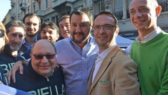 Simonetti (primo a destra) insieme a Salvini e altri militanti della Lega Nord