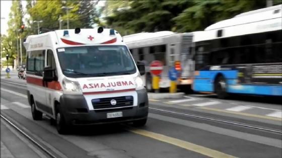 Autobus contro motocicletta: grave il centauro, trasportato al pronto soccorso