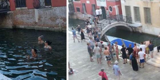 Turisti fanno il bagno in un canale di Venezia
