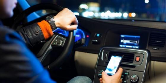 Alla guida con lo smartphone: ritiro patente immediato