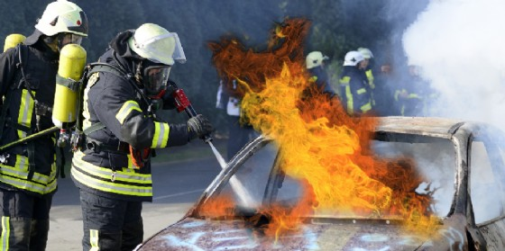 I vigili del fuoco al lavoro per spegnere le fiamme