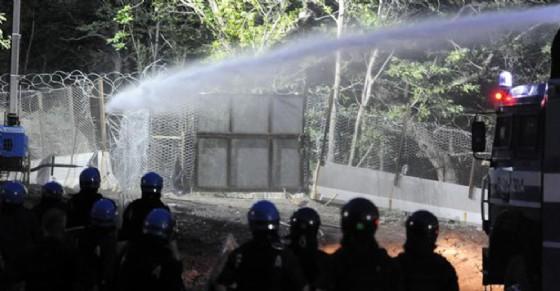 Blitz nella notte al cantiere della Torino-Lione, manifestanti allontanati con gli idranti