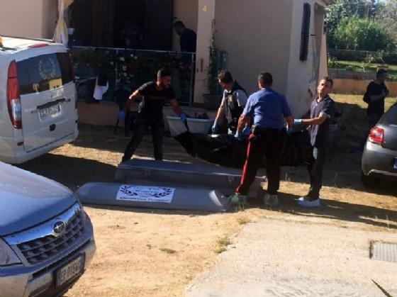Il corpo di Erika Preti viene portato via dalla villetta nella frazione di Lu Fraili vicino a San Teodoro all'interno della quale è stata uccisa a coltellate, 11 giugno (Ansa/Costanza Bonacossa)