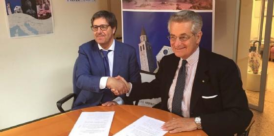 Maurizio Ionico (Amministratore unico Ferrovie Udine-Cividale - FUC) e Antonio Zanardi Landi (Presidente Fondazione Aquileia) alla firma dell'accordo di partnership (© Foto Arc Savi)