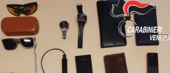 Un uomo è stato accusato di aver rubato oggetti di vario valore dalle valigie dei passeggeri