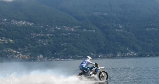 Una fase della navigazione di Luca Colombo sul lago di Como