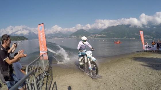 Colombo raggiunge la sponda opposta del lago in sella alla sua Suzuki