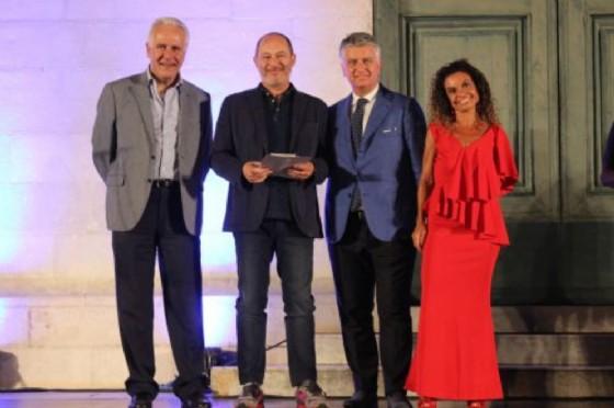 Foto premiazione Gian Maria Villalta con Gianni Mallegni e Cipriani