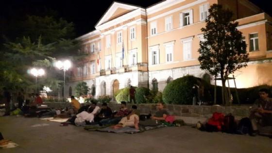 Migranti: 70 profughi dormono davanti alla Prefettura di Gorizia (© ANSA)