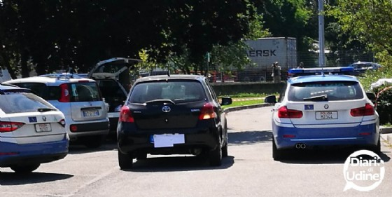 Si presenta alla polizia col cadavere della fidanzata in auto
