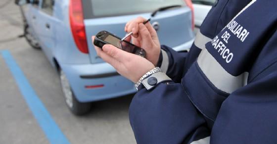 Da ottobre nuove strsce blu e parcheggi a pagamento (© ANSA)