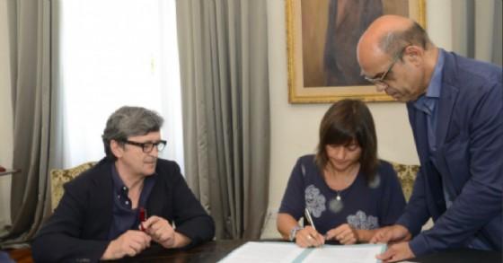 La presidente della Regione, Debora Serracchiani, al momento della firma