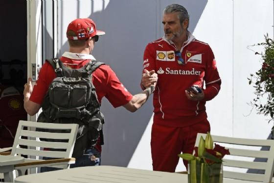 Il team principal Maurizio Arrivabene stringe la mano a Kimi Raikkonen