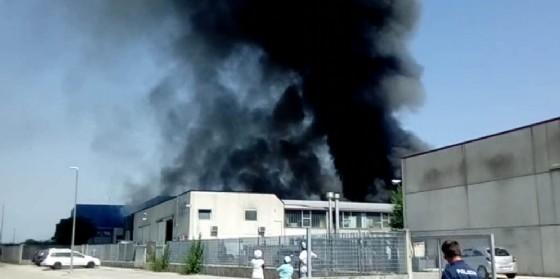 Incendio a Buttrio: brucia un'azienda di vernici (© Costantini)