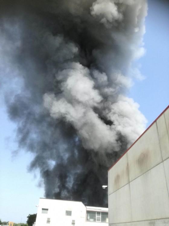 Incendio a Buttrio: brucia un'azienda di vernici