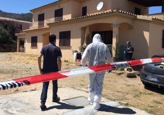 Uomini della scientifica al lavoro sul luogo dove è stato trovato il cadavere di Erica Preti, in località Lu Fraili, alle porte di San Teodoro (Ansa)