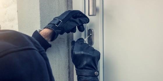 L'azione del ladro che forza la serratura (© Shutterstock.com)