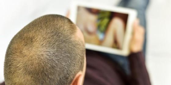 Pornografia, l'atteggiamento sessista dei maschi dipende dall'età dell'esposizione