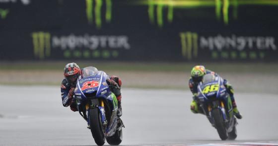 Maverick Vinales e Valentino Rossi in azione nelle prove libere a Brno