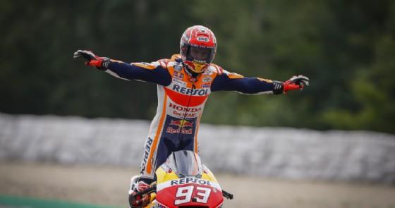 Marc Marquez festeggia la vittoria nel GP della Repubblica Ceca