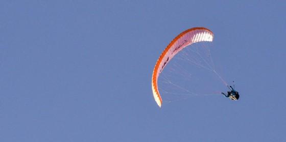 In volo con il parapendio (© ANSA -  EPA/PHILIPP GUELLAND)