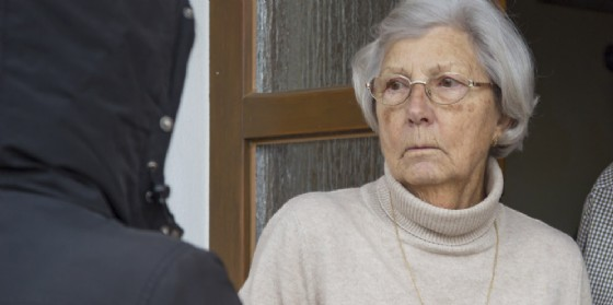 Derubano un'anziana fingendosi interessati a una casa in vendita (© AdobeStock | etta)