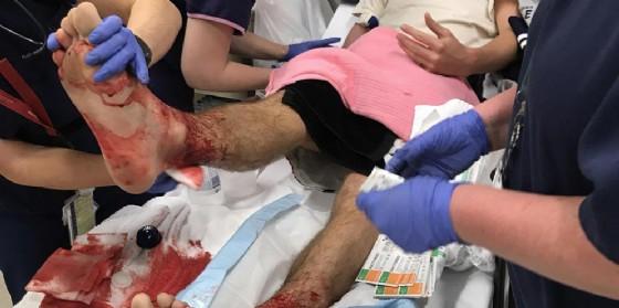 Il giovane Sam ricoverato in ospedale per le ferite alle gambe