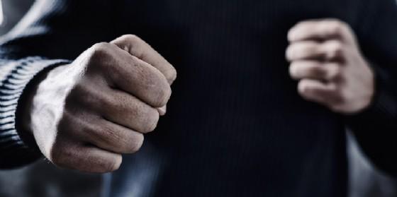 Un uomo con un gesto minaccioso (© Adobe Stock - nito)