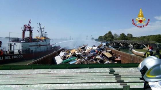 A Venezia brucia chiatta con rifiuti a bordo (© ANSA)