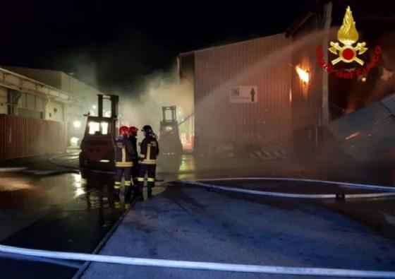 Genova, incendio nel capannone della cartiera di Ponte Somalia