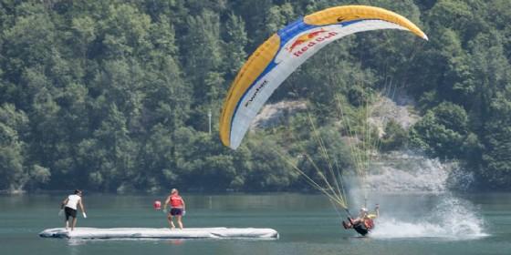 La Coppa del mondo di volo acrobatico in parapendio sul lago dei Tre Comuni (© Sonia Ridolfo)