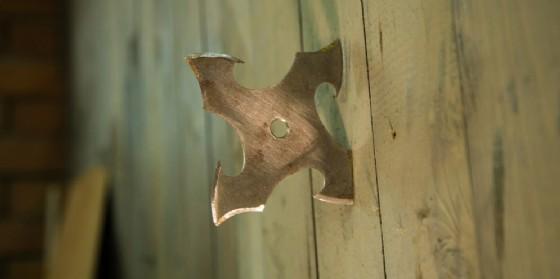Coltelli da lancio e stelle ninja in negozio: commerciante di Lignano rischia la denuncia (© Adobe Stock)