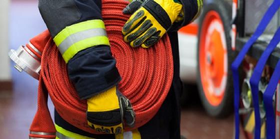 Un vigile de fuoco con tubo antincendio