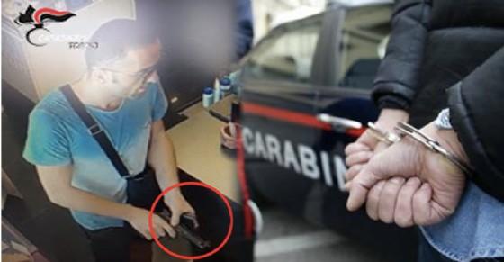 Il rapinatore, immortalato dalle telecamere di videosorveglianza (© Carabinieri)