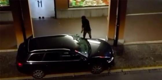 Distrugge l'auto di uno sconosciuto senza ragione: denunciato