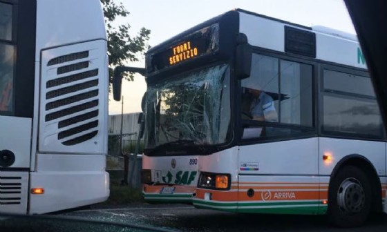 Scontro tra due bus in viale Palmanova (© Ervis Poci)