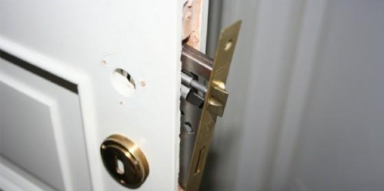 Mastice nella serratura per impedire l'accesso nell'abitazione (© ANSA)