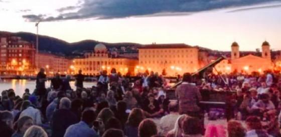 In migliaia hanno partecipato al concerto all'alba (© TriesteLovesJazz)