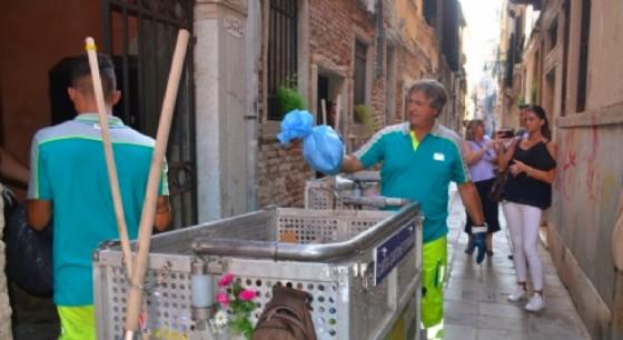 Sindaco 'spazzino' per un giorno a Venezia