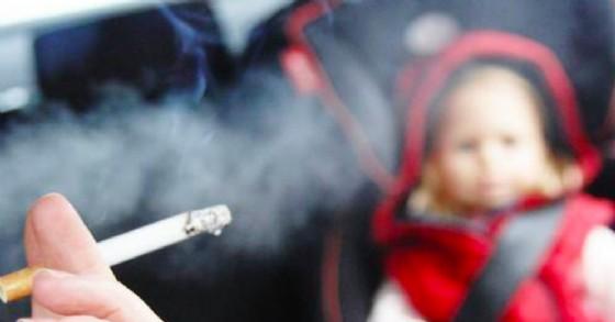 La legge vieta il fumo sulle vetture alla presenza di minorenni o donne incinte (© SicurAuto)