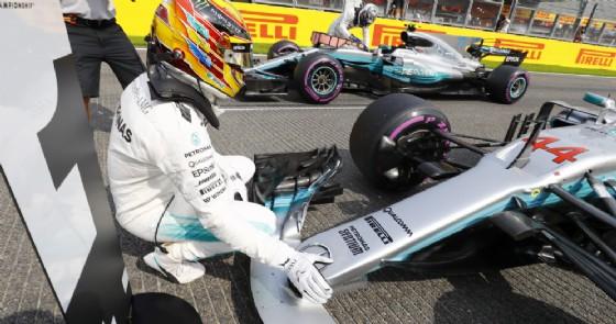 Lewis Hamilton festeggia la pole position con la sua vettura