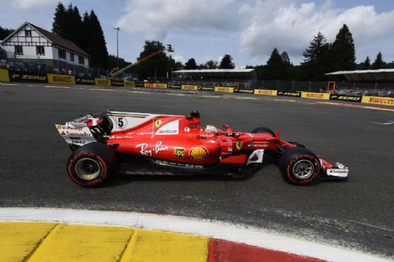 Vettel in pista con la sua Ferrari durante le qualifiche a Spa-Francorchamps
