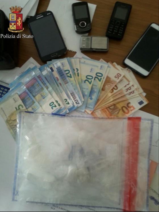 Soldi, telefoni e droga sequestrati