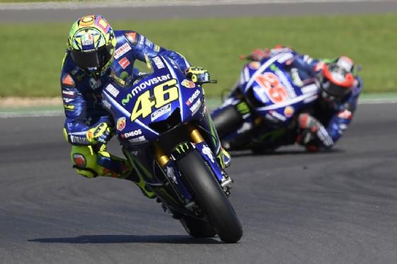 Rossi davanti al suo compagno di squadra in Yamaha, Maverick Vinales