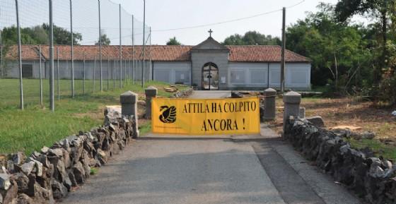 """Il viale verso il cimitero del Vandorno (con lo striscione del """"premio"""") (© Legambiente)"""