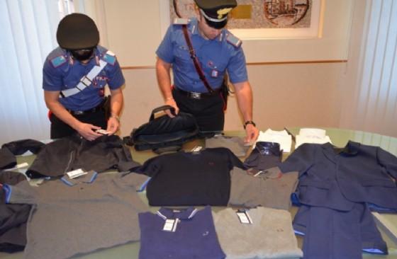 Alcuni dei capi di vestiario ritrovati dai Carabinieri (© Carabinieri)