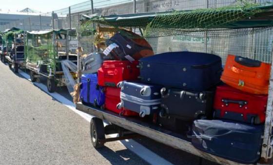 L'uomo frugava tra i bagagli a mano dei passeggeri