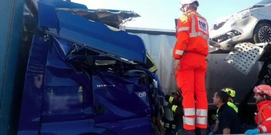 Incidente tra 3 mezzi pesanti: traffico bloccato in A4