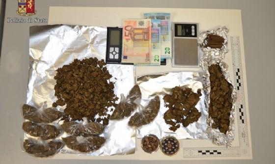 Droga e soldi sequestrati (© Polizia di Stato - Biella)